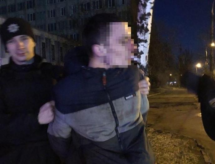 Біля центрального автовокзалу компанія молодиків пограбувала перехожого