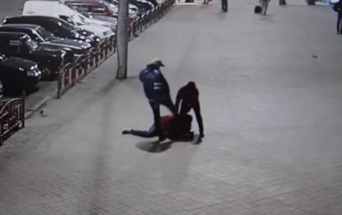 Біля залізничного вокзалу побили та пограбували чоловіка (Відео)