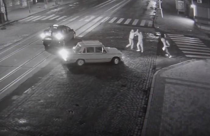 На Соборній таксист вчинив бійку з хлопцями, які переходили дорогу не по