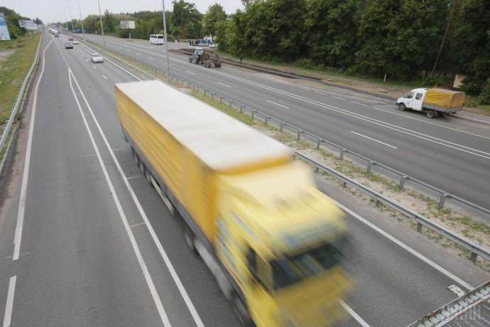 На Вінниччині п'яний чоловік кинувся під вантажівку