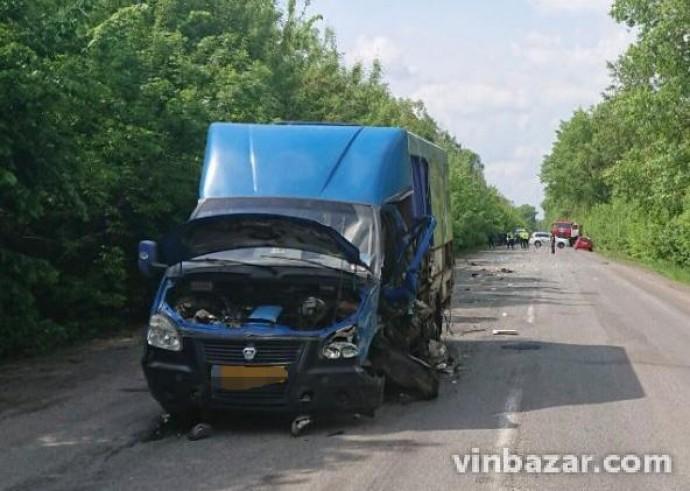 На Вінниччині «Peugeot Partner» зіткнувся з маршрутним автобусом. Є загиблі та травмовані (Фото)