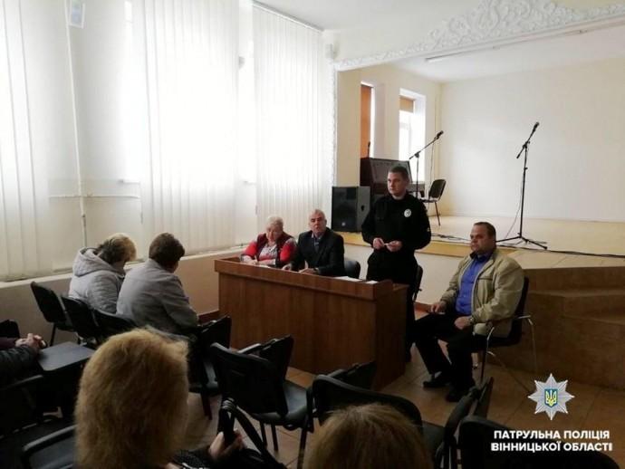 У Вінниці патрульні нагадали правила дорожнього руху водіям трамваїв і тролейбусів (Фото)