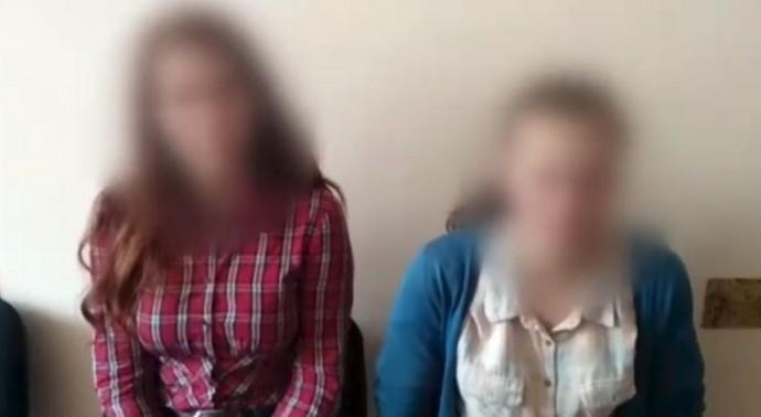 Дівчата, які намагалися пошкодити фігури на Київському мосту, вибачилися на камеру (Відео)