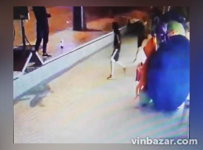 У Вінниці вандали трощили дорожні знаки та іграшки біля магазину Roshen (Відео)