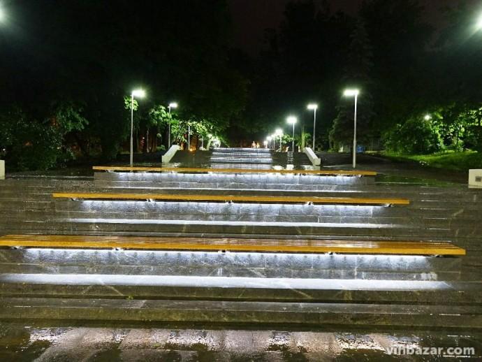 Лавочки з підсвіткою біля арки - нова світлова окраса Вінниці (Фото)