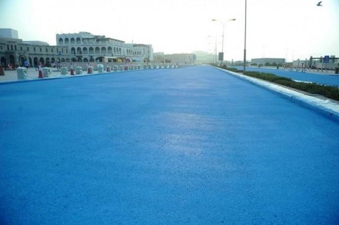 У Катарі дороги почали фарбувати у блакитний колір