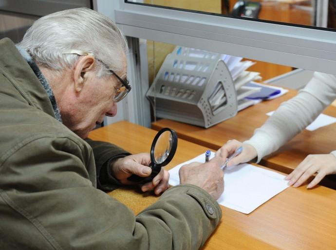 Майже рік касирка вінницького відділення банку викрадала гроші з карток пенсіонерів