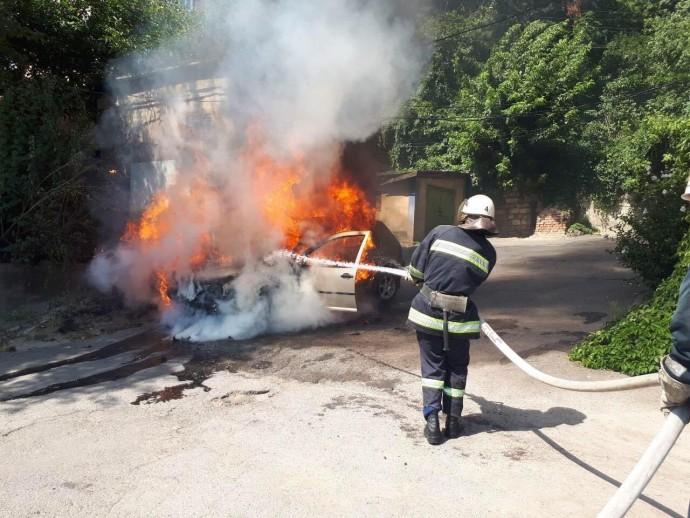 У Вінниці загасили пожежу легкового автомобіля (Фото)