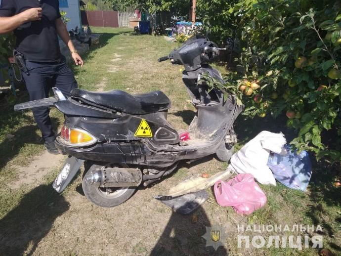 У Бершадському районі сталась аварія за участю мопеду. Пасажирка в лікарні(Фото)