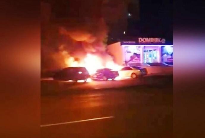 На Київській серед ночі згоріло два авто. Справу розслідують як підпал (Відео)