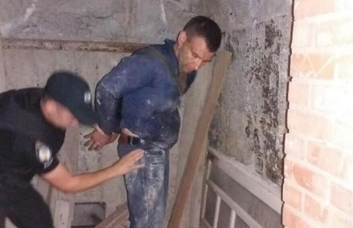 На вулиці Амосова чоловік із зброєю намагався проникнути у недобудований будинок (Фото)