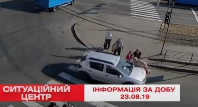 """Біля ринку """"Вишенька"""" автомобіліст збив жінку на пішохідному переході (Відео)"""