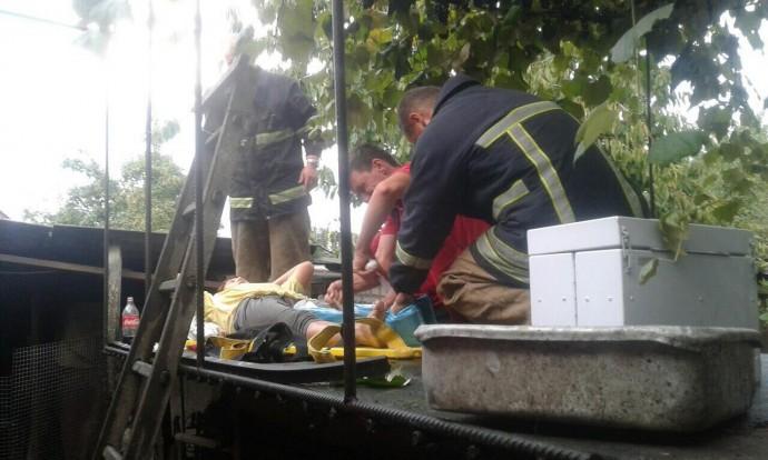На Вінниччині жінку зі зламаною ногою довелося знімати з даху будинку
