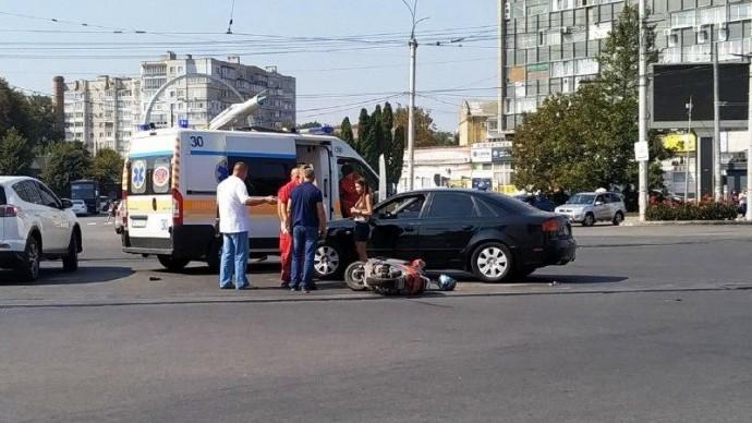 На проспекті Коцюбинського водій скутера не розминувся з Audi (Фото+Відео)