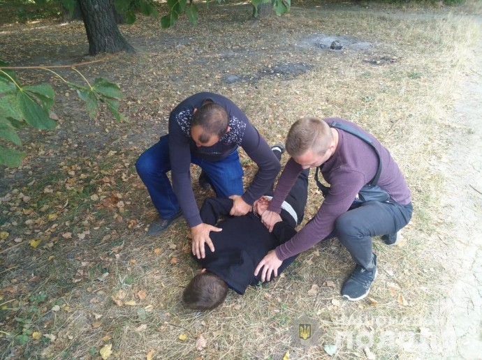 """У парку """"Дружби народів"""" затримали рецидивіста, який пограбував жінку (Фото)"""