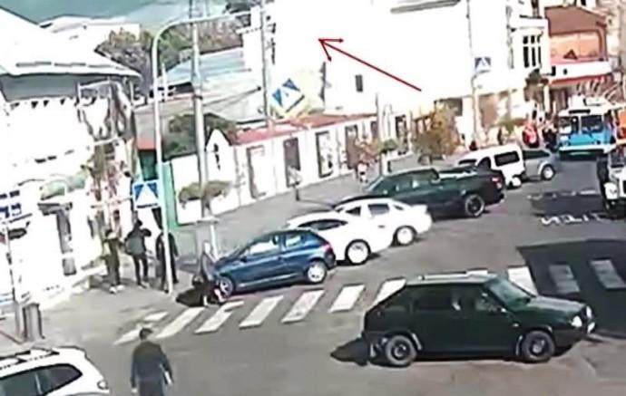На Соборній через сильний вітер на авто впав дорожній знак (Відео)