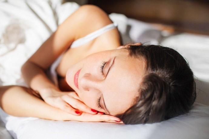 Сон с макияжем: неприятные последствия для кожи