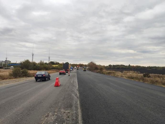 Біля Вінниці ремонтують ділянку об'їзної дороги. Організували реверсний рух (Фото)