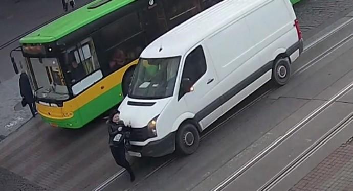 Жінка потрапила під колеса мікроавтобуса на Соборній: з'явився запис з камер спостереження (Відео)