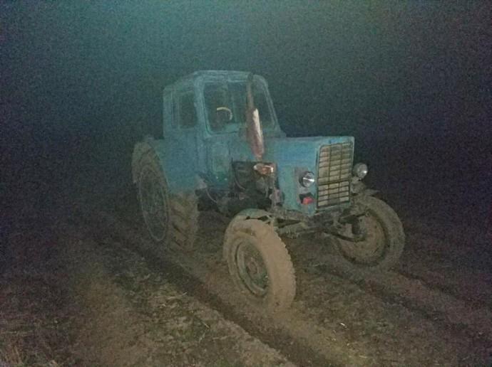 Сільський вестерн: у Хмільницькому районі чоловік на тракторі втікав від поліції. Не зупинили навіть постріли по колесах (Фото)