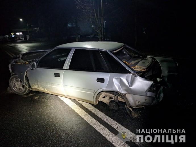 ДТП у Літині: молодик в'їхав у паркан та кинув травмованого пасажира (Фото)