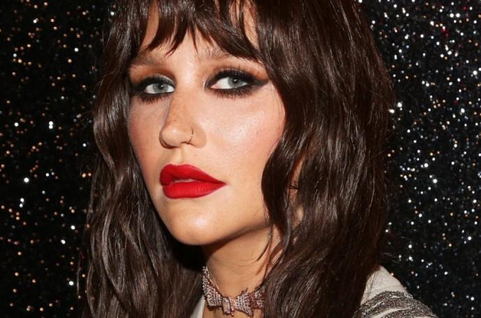 Kesha вернулась на сцену и представила собственный beauty-бренд