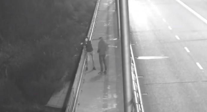 На Київському мосту намагались пошкодити бронзові фігури (Відео)