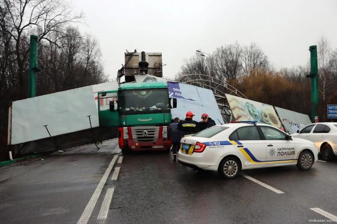 На об'їзній біля Вінниці вантажівка збила рекламну арку. Рух заблоковано (Фото+Відео)