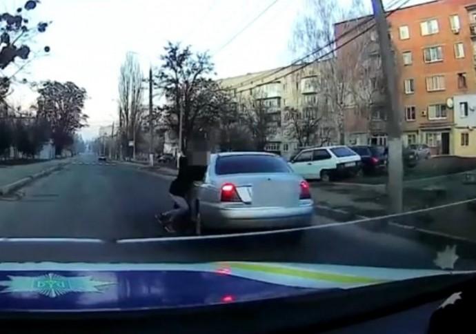 На Київський учасник ДТП намагався втекти, протягнувши за собою іншого водія (Відео)
