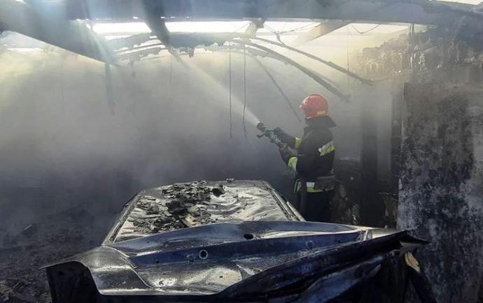 На Максимовича через пожежу в гаражі згоріли два автомобілі (Фото)
