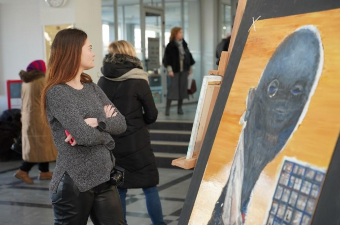 """У Вінниці відкрили виставку """"Подих війни"""". Картини для неї писали на передовій (Фото)"""