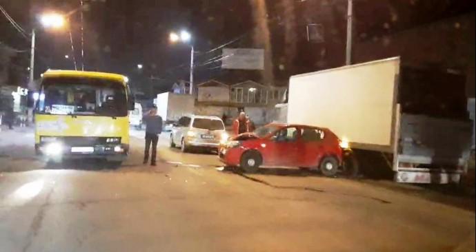 У Вінниці зіткнулися легковик та пасажирський автобус (Фото)