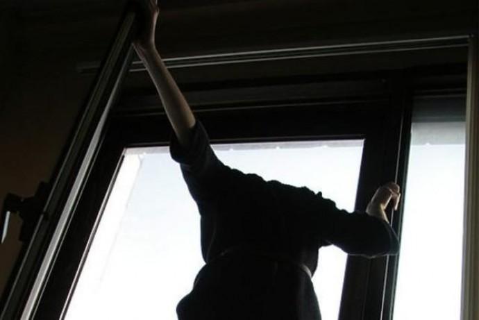 У Вінниці з вікна шостого поверху випала 21-річна дівчина