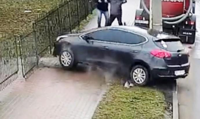 У Вінниці жінка на КІА знесла металеву огорожу (Відео)