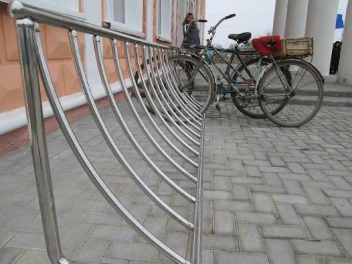 В Святошинском районе вместо антипарковочных столбиков установят велосипедные парковки