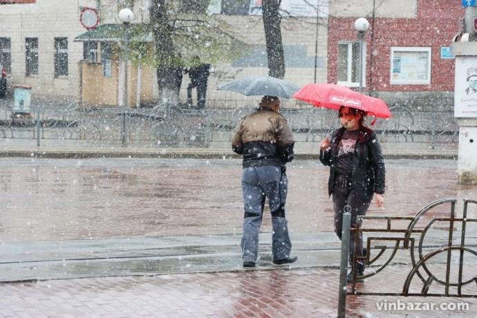 Погода, яка сприяє залишатися вдома: Вінницю накрив дощ та мокрий сніг (Фото)