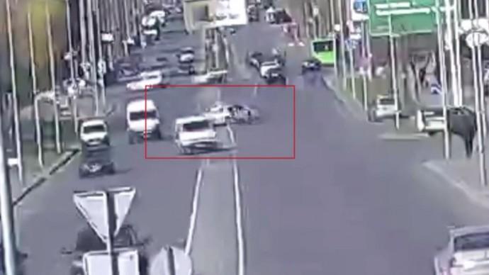 З'явився запис ДТП на Юності, де водій Jaguar збив мотоцикліста (Відео)
