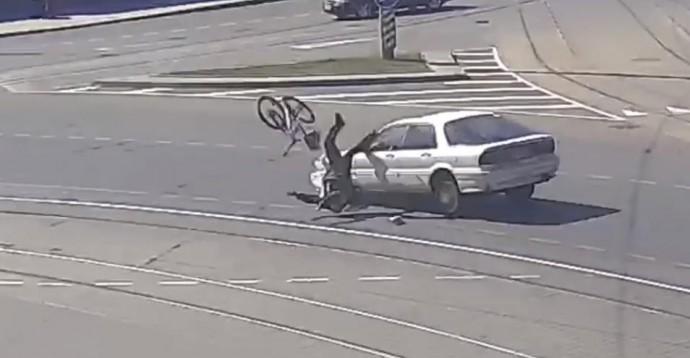 На площі Гагаріна Mitsubishi збив велосипедиста (Відео)