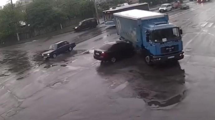 У Вінниці легковик зіткнувся з вантажівкою (Відео)