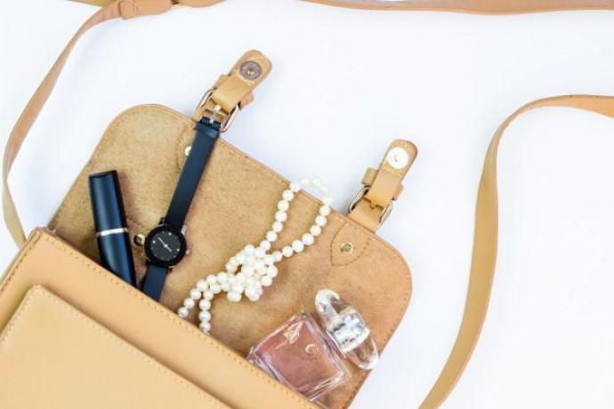 Женская сумочка: какая косметика должна в ней быть?