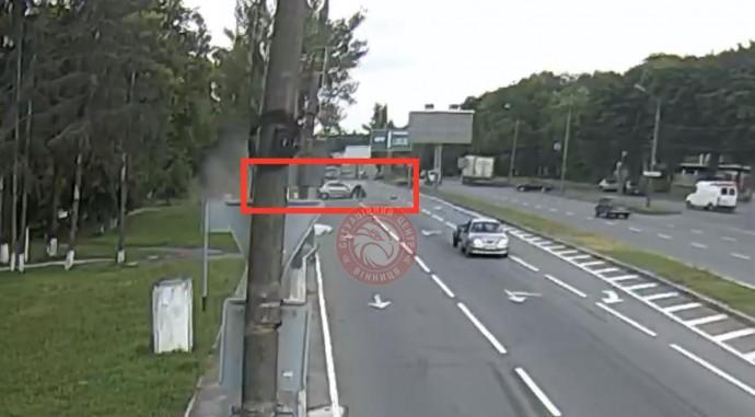 На Київській водій Mitsubishi зніс білборд. Пасажирка легковика в лікарні (Відео)