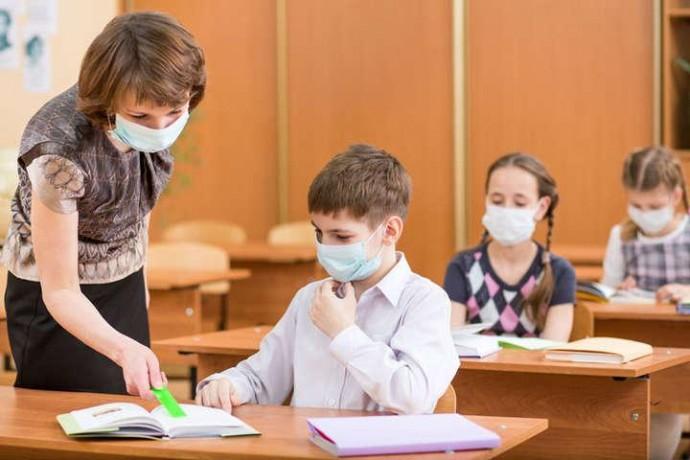 """Вхід лише в масках, заборона """"шведських столів"""" та дезінфекція: як працюватимуть школи та виші з 1 вересня"""