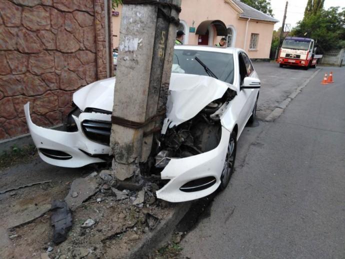 На Коріатовичів Mercedes влетів у стовп, а водій зник після ДТП (Фото)