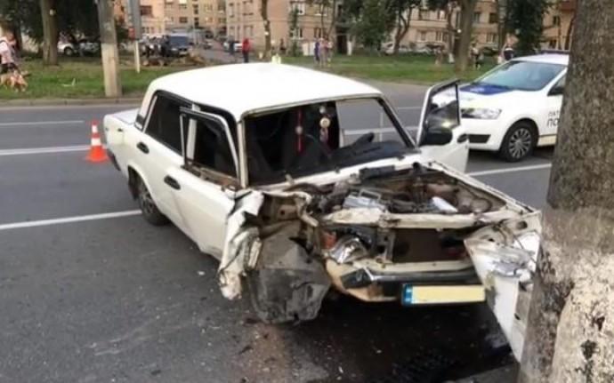 На Київській водій спрямував ВАЗ у електроопору (Відео+Фото)