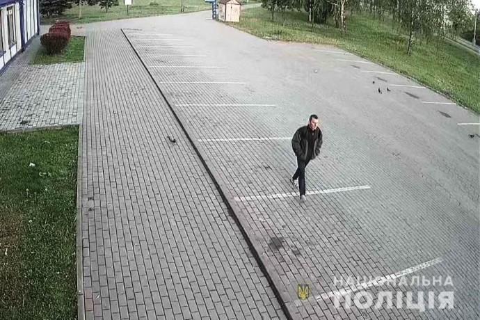 Поліція просить допомогти розшукати чоловіка, який ледь не зарізав двох пенсіонерок у Вінниці (Фото)