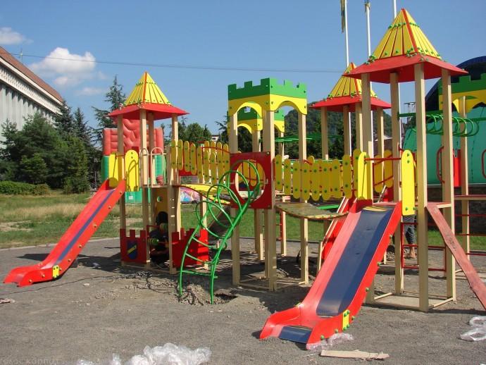 По вулиці Зулінського побудують новий дитячий майданчик