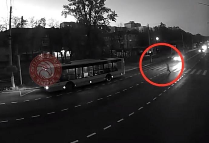 На Пирогова жінку збило авто охорони. Постраждалу відкинуло на кілька метрів (Відео)