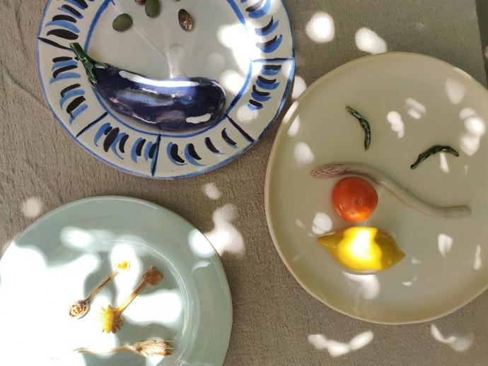 Jacquemus и художница Дафна Леон выпустили коллекцию посуды