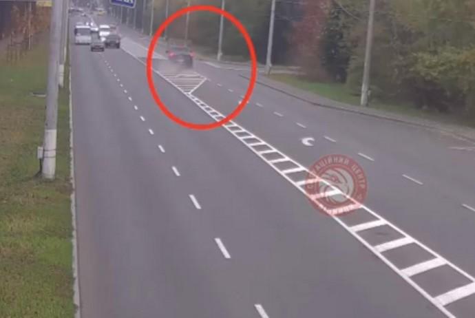 На Гніванському шосе позашляховик збив дорожній знак (Відео)
