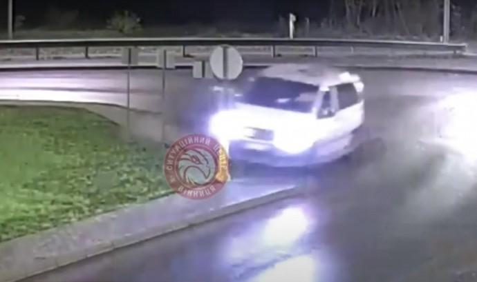 На виїзді з Вінниці мікроавтобус зніс дорожній знак (Відео)